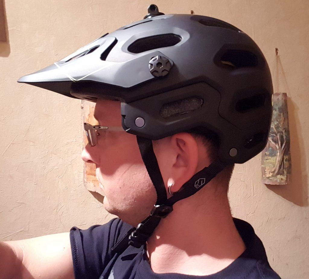 Kinnriemen fällt lockerer ohne Kinnbügel, mit Kinnbügel sitzt der Helm strammer....erfordert also nachjustierung
